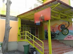 Η είσοδος στο σχολικό κτήριο