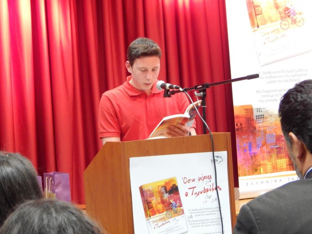 Ο Λευτέρης διαβάζει απόσπασμα από το έργο του