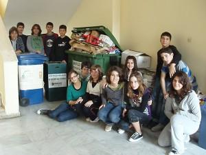 Η Ομάδα ΠΕ μπροστά στους κάδους ανακύκλωσης στο Γυμνάσιο Αλιβερίου