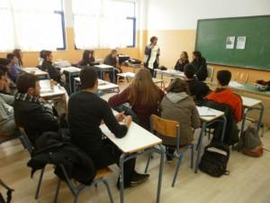 Ο Luis και η Mercedes συζητούν με τους μαθητές