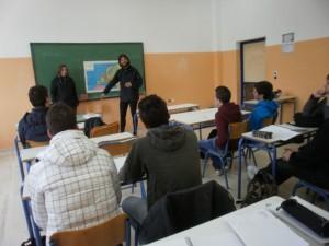 Ο Luis και η Mercedes ενημερώνουν τους μαθητές για το σκοπό του ταξιδιού τους