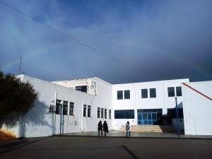 Ουράνιο τόξο πάνω από το σχολείο μετά την πρωινή καταιγίδα