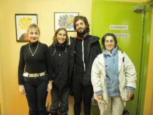 Με τη Διευθύντρια του Γυμνασίου Αλιβερίου κα. Κατερίνα Καραμάνου και τη Χριστίνα Μακρίδου που τους φιλοξένησε