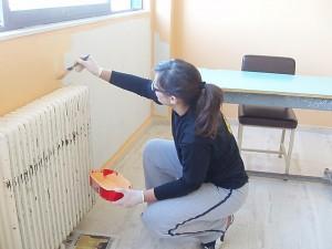 Η Ελένη βάφει την αίθουσα της Γ