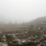 Διασχίζοντας τον μινωικό οικισμό στο Καρφί, μέσα στην ομίχλη.