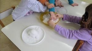 Κάθε ομαδα τοποθετεί  χιόνι στο πιατάκι της