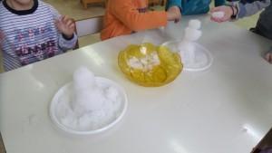 Πλάθοντας μπάλες με το χιόνι