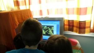 Τα παιδιά παρατηρούν τα έργα τένης