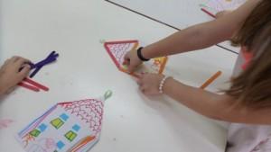 Κατασκευή το νηπιαγωγείο μας με ξυλάκια και χαρτόνι που έχουμε ζωγραφίσει