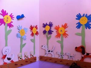 Στολίσαμε το σχολείο μας με λουλούδια φτιαγμενα απο τις παλάμες μας