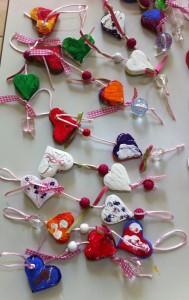 Μπρελόκ για τα κλειδιά της μανούλας φτιαγμένα με καρδιές απο πηλό.