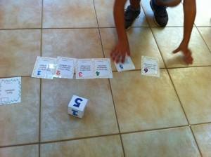Παιχνίδι ερωτήσεων με ζάρι και ανγνώριση σχημάτων χρωμάτων και αριθμών