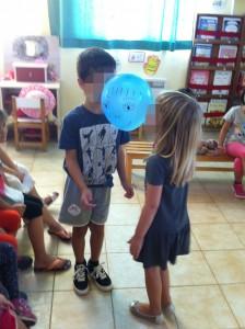 Συνεργάζομαι για να μεταφέρω το μπαλόνι με διάφορα μέρη του σώματος