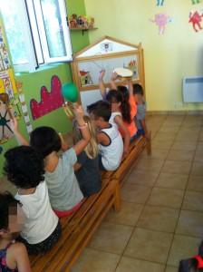 Τα παιδιά χωρίζονται σε δύο ομάδες και κρατώτας αντίστοιχα η κάθε ομάδα απο ενα μουσικό όργανο. Ο μαέστρος δίνει το ρυθμό και το μουσικο όργανο ακούγονται ταυτόχρονα και απο τις δύο ομάδες.