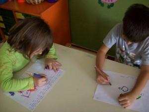 """και ξεκινάμε....αφηγούμαστε την ιστορία μας, σε κάθε σελίδα (τόσες σελίδες όσες τα παιδιά) γράφουμε ένα κομμάτι της και οι μικροί μας """"συγγραφείς"""" καλούνται να τις ζωγραφίσουν..."""