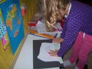 ζωγραφίσαμε την οικογένεια στην οποία αναφέρεται η ιστορία μας και την κολλήσαμε στο εξώφυλλο...