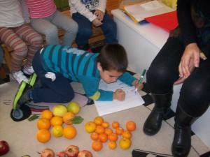 μετράμε, γράφουμε τον αριθμό των φρούτων σε κάθε ομαδούλα και συγκρίνουμε ποιά έχει τα περισσότερα και ποιά τα λιγότερα...