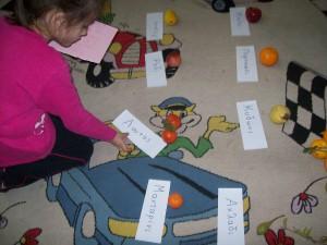 αναγνωρίζουμε τις λεξούλες-ονόματα των φρούτων και αντιστοιχίζουμε κάθε καρτελίτσα με το φρούτο της...