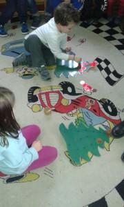 ...ο κάθε παίκτης ρίχνει το ζάρι και ανάλογα με τον αριθμό βάζει στο Χριστουγεννιάτικο Δέντρο του, τόσα χάρτινα στολίδια (κύκλους), όσα λέει ο αριθμός