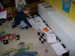 ...βάζουμε τις ζωγραφιές μας στη σειρά, ανάλογα με τον αριθμό που αναγράφεται στην κάθεμια...