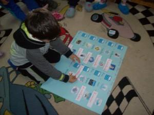 Βρίκαμε σύνθετες λέξεις με  α' συνθετικό τη λέξη χιόνι , αντιστοιχίσαμε εικόνα με λέξη και.....