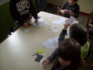 """κατασκευάσαμε χιονάνθρωπους με τόσες κοιλίτσες όσες λέει ο αριθμός στο καπελάκι τους....αφού αναγνωρίσαμε τον αριθμό στο καπελάκι, μετρήσαμε, πήραμε και κόψαμε τόσες """"κοιλίτσες"""" όσες έλεγε ο αριθμός..."""