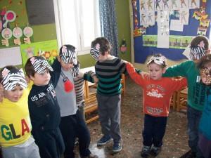 Κατασκευάσαμε μάσκες ζωάκια και χορέψαμε στο ρυθμό αποκριάτικων τραγουδιών