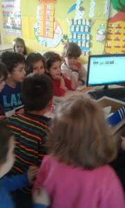 Η ψήφοι καταφράφονται με τη βοήθεια της κυρίας σε πίνακα του Ms Office Excel στον Υπολογιστή....