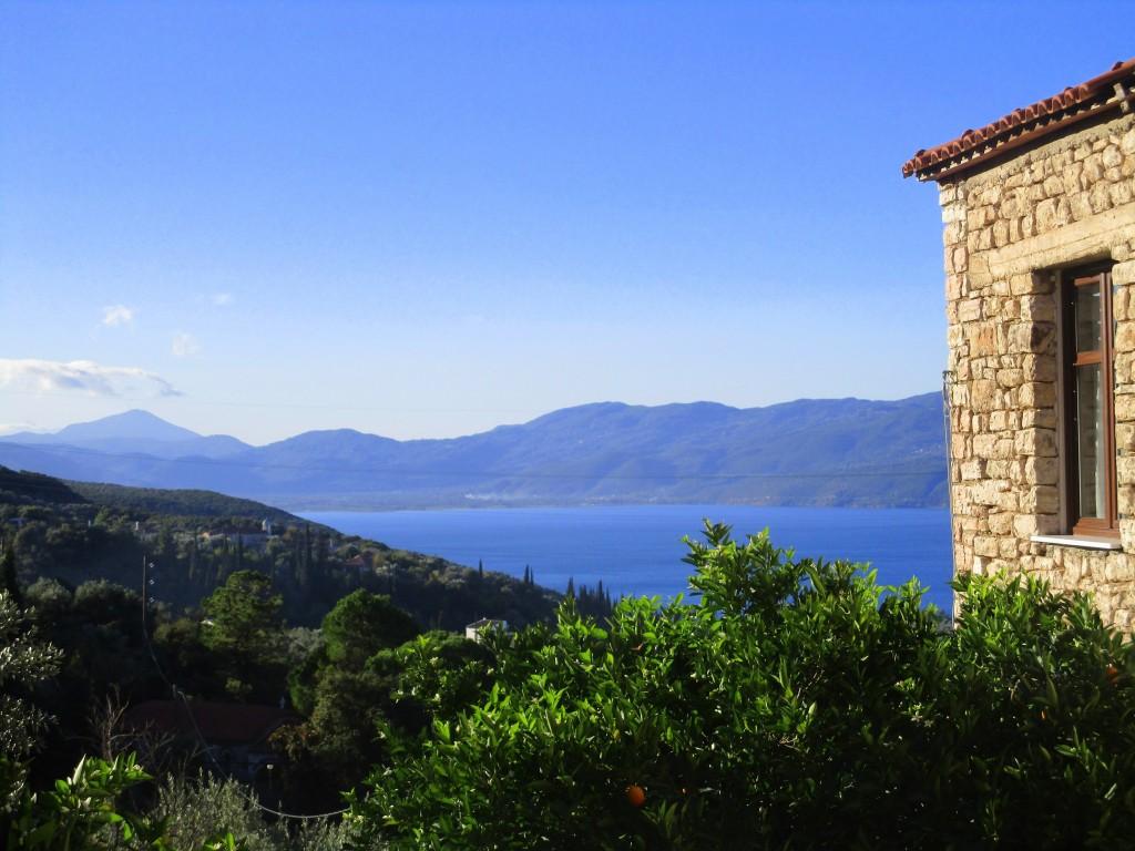 η θέα της μονής προς τη λίμνη Τριχωνίδα