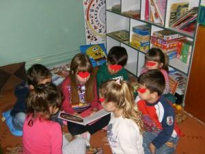Τα παιδιά, μια παρέα, διαβάζουν