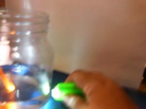 Αντανακλώντας το φως σ` ένα λευκό χαρτί, μέσα από ένα καθρέφτη που είχαμε βυθίσει στο νερό!