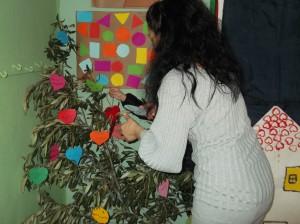 Τη μέρα της γιορτής καλέσαμε τους γονείς να γράψουν κι αυτοί ευχές στο δέντρο μας