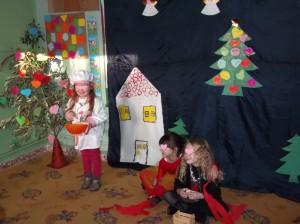 Η Ζαχαρούλα η ζαχαροπλάστισσα  ετοιμάζει γλυκά για τα Χριστούγεννα.