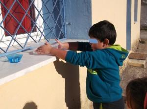 Γεμίζουμε ένα μπολ νερό και το βγάζουμε  έξω. Παρόλο που ο ήλιος λάμπει το κρύο είναι τσουχτερό!  Θα το αφήσουνε μέχρι την επόμενη μέρα.