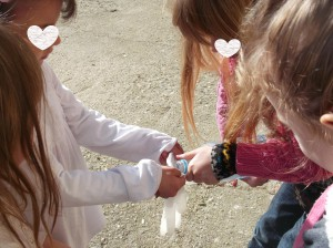 Θέλουμε όμως να δούμε  και ότιι το νερό  μπορεί να πάρει το σχήμα  του αγγείου  στο οποίο περιέχεται.  Γεμίζουμε γάντια μιας χρήσεως και μπαλόνια με νερό με νερό.