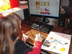 Αφού το παιδί διαλέξει το βιβλίο που θέλει να δανειστεί, ανοίγει ένα  αρχείο με τα βιβλία  που έχουμε στην επιφάνεια  εργασίας, κάνοντας διπλό κλικ. Εκεί ψάχνει και βρίσκει την εικόνα του βιβλίου.