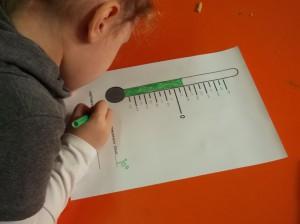 Αφού κοιτάξουμε το θερμόμετρο, καταγράφουμε καθημερινά τη θερμοκρασία.