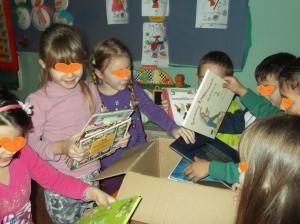 Ανοίγοντας το πακέτο,  μετρούσαμε τα  βιβλία.