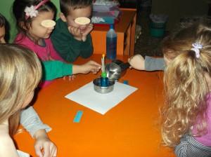 Αφού κολλήσουμε ένα χαρτάκι στο καλαμάκι για να καταγράψουμε τις τιμές. τοποθετούμε το θερμόμετρο σε ένα κατσαρολάκι με ζεστό νερό.