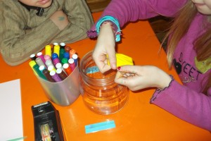 Πρώτα  καλύπτουμε το στόμιο του βάζου με το μπαλόνι.