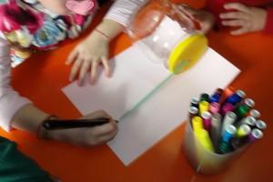 Κολλάμε και το χαρτί πάνω στο βάζο και σημειώνουμε  μία γραμμή εκεί που φτάνει το καλαμάκι.