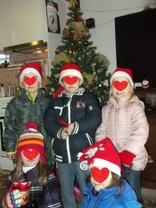 Μπροστά στο χριστουγεννιάτικο δέντρο!