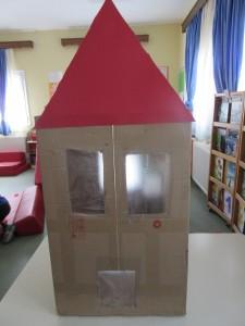 Σπίτι φτιαγμένο από χαρτόκουτο.