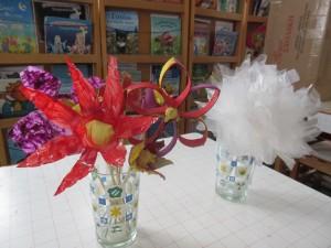 Λουλούδια φτιαγμένα από πλαστικά μπουκάλια νερού, σακούλες, ρολά χαρτιού και χάρτινες αυγοθήκες.