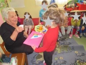 Ανταλλαγή κερασμάτων και αποχαιρετισμός. Ευχαριστούμε γιαγιά Γεωργία!