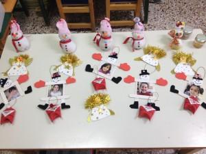 Κάποιες από τις κατασκευές μας Χιονανθρωπάκια με κάλτσα και ρύζι Αγιοβασιλάκια με ρολό κουζίνας
