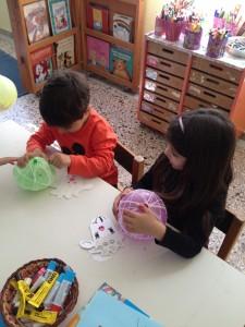 ώρα να σκάσουμε τα μπαλόνια, για να μείνει το πλεχτό καλαθάκι!