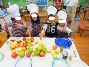 Γίναμε σεφ φορώντας τα καπέλα που φτιάξαμε και είμαστε έτοιμοι να ξεχωρίσουμε όλα τα μήλα που φέραμε από τα κτήματά  μας!