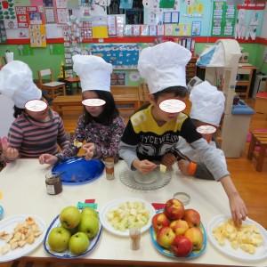 διαλέγουμε κομματάκια μήλου απο τις 3 ποικιλίες που έχουμε για να βάλουμε στο σουβλάκι μας