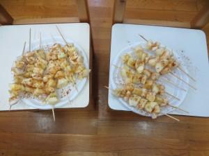 Φτιάξαμε μηλοσουβλάκια σε μέγαλα ξυλάκια για να κεράσουμε τους δασκάλους και τα παιδιά του δημοτικού σχολείου